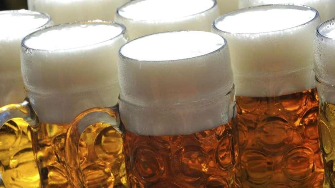 Spuren von Unkrautvernichter sind in Bier nachweisbar. Experten diskutieren seit Jahren, ob das seit 1974 zugelassene Herbizid Glyphosat möglicherweise krebserregend ist oder nicht. Foto: Frank Leonhardt/Archiv