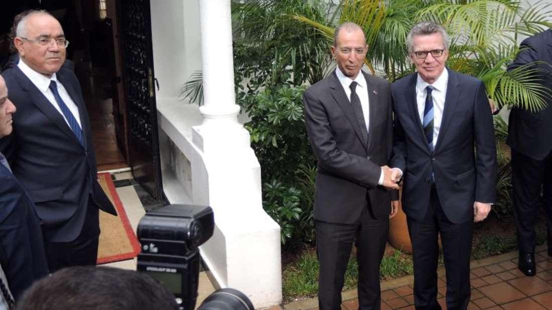 Bundesinnenminister de Maizière (r) trifft in Rabat mit dem marokkanischen Innenminister Hassad zusammen. Foto: Martin Fischer