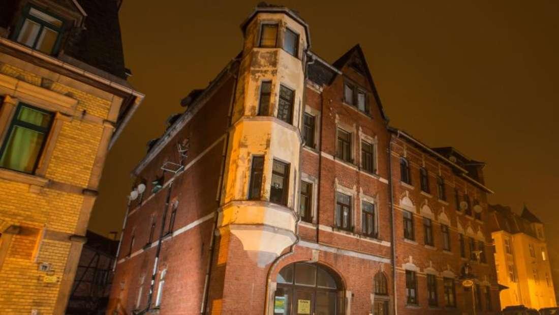 Der Brand war am frühen Sonntagabend im Dachgeschoss ausgebrochen und erfasste den Dachstuhl.
