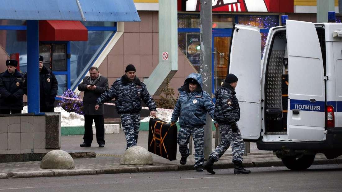 Polizisten nahe der U-Bahnstation an der die Frau festgenommen wurde.