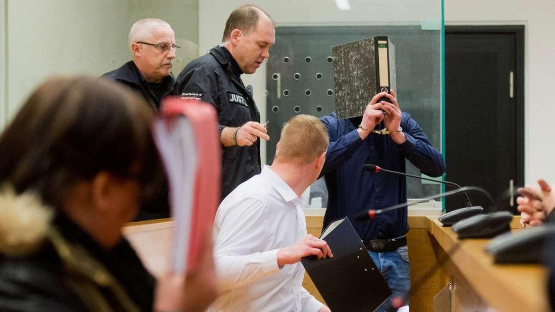 Die Angeklagten Dennis L. (l-r), Sascha D. und Saskia B. stehen im Landgericht in Hannover (Niedersachsen).