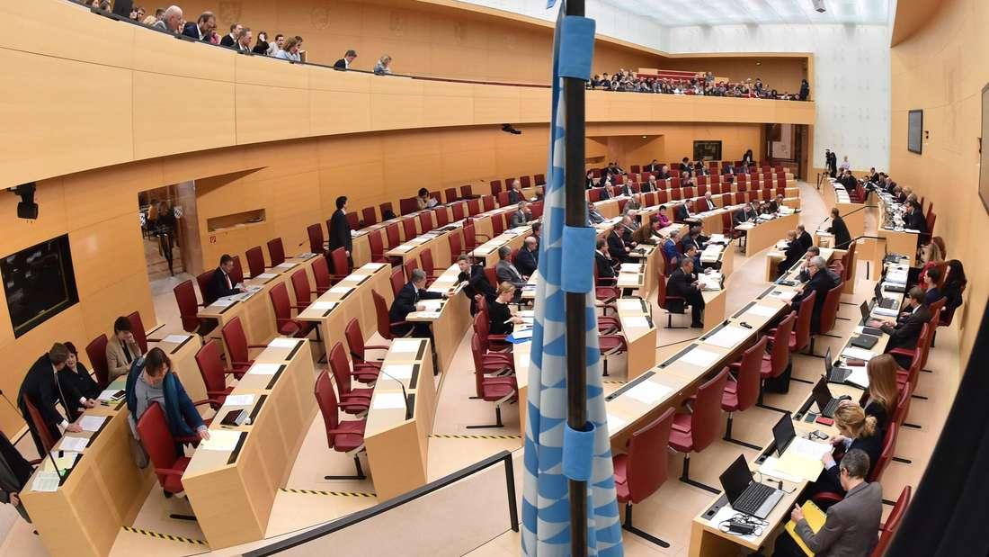 Abgeordnete verfolgen am 25.02.2016 in M¸nchen (Bayern) die aktuelle Stunde im Plenarsaal des bayerischen Landtages. Foto: Peter Kneffel/dpa +++(c) dpa - Bildfunk+++
