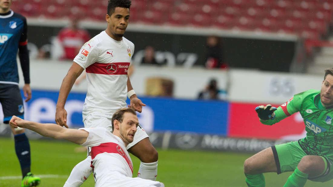 Fuflball: Bundesliga, VfB Stuttgart - TSG 1899 Hoffenheim: 25. Spieltag am 05.03.2016 in der Mercedes-Benz-Arena in Stuttgart. Der Stuttgarter Georg Niedermmeier (l) erzielt das Tor zum 1:0 gegen den Hoffenheimer Torh¸ter Oliver Baumann.