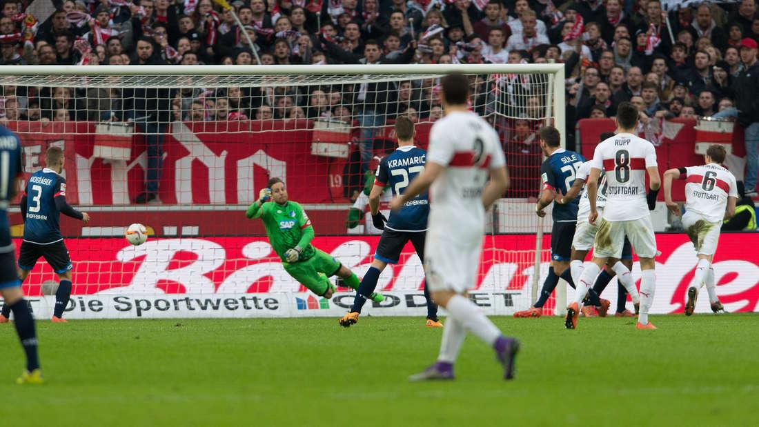 Fu§ball: Bundesliga, VfB Stuttgart - TSG 1899 Hoffenheim: 25. Spieltag am 05.03.2016 in der Mercedes-Benz-Arena in Stuttgart. Der Stuttgarter Georg Niedermeier (r) erzielt das Tor zum 3:0.