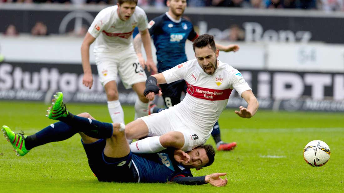 Fu§ball: Bundesliga, VfB Stuttgart - TSG 1899 Hoffenheim: 25. Spieltag am 05.03.2016 in der Mercedes-Benz-Arena in Stuttgart. Der Stuttgarter Lukas Rupp spielt gegen den Hoffenheimer Fabian SchŠr (unten).