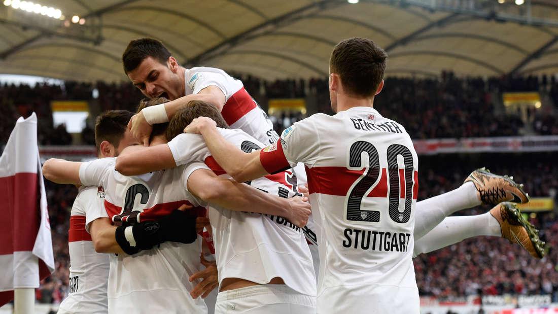 Fu§ball: Bundesliga, VfB Stuttgart - TSG 1899 Hoffenheim: 25. Spieltag am 05.03.2016 in der Mercedes-Benz-Arena in Stuttgart. Die Stuttgarter Spieler jubeln nach dem Tor zum 1:0.
