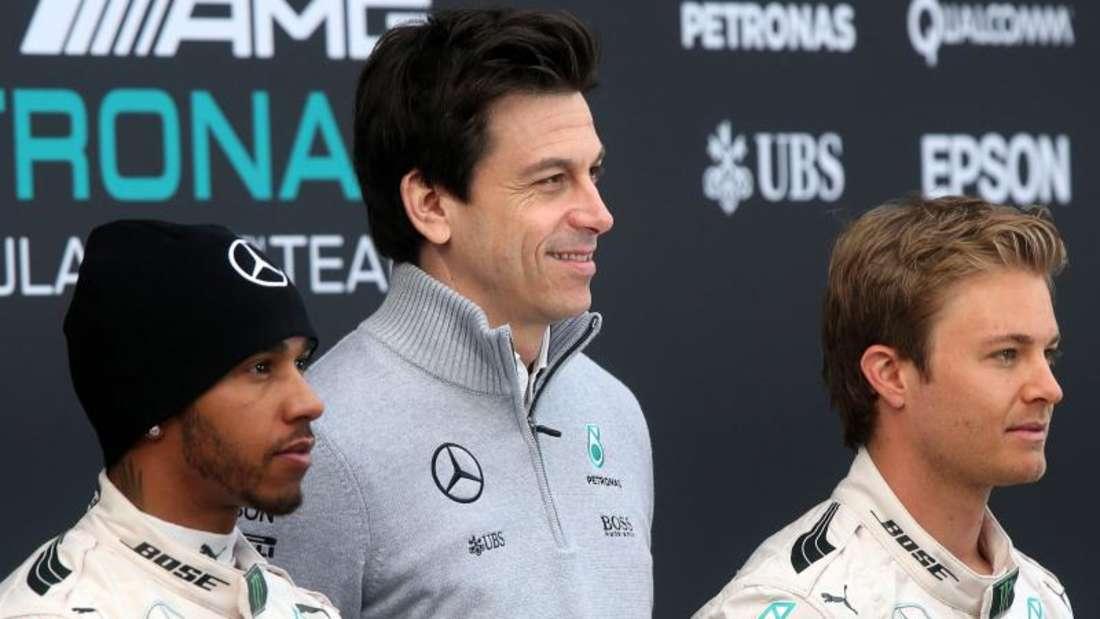 Mercedes-Motorsportchef Toto Wolff (M) mit seinen Fahrern Lewis Hamilton (l) und Nico Rosberg. Foto: Jens Büttner