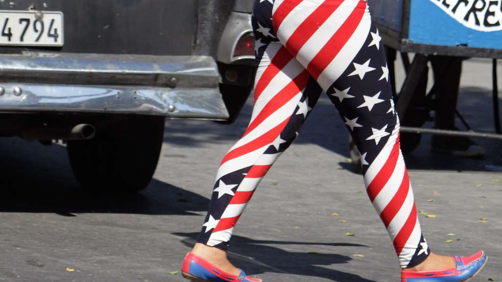 epa04885411 A Cuban walks with an US flag leggings in Havana, Cuba, 15 August 2015. Cuba and United States, both with their reopened embassies, have started a complex process to normalize bilateral ties. +++(c) dpa - Bildfunk+++