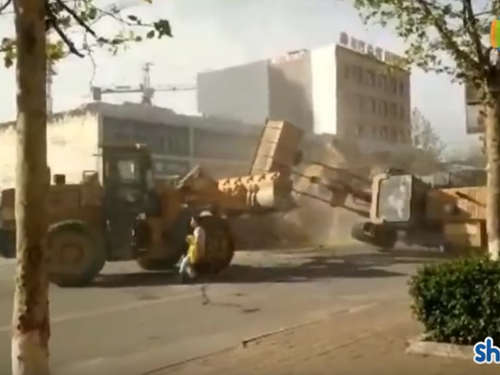 Irres Video: Bulldozer-Kampf wird zum Internet-Hit