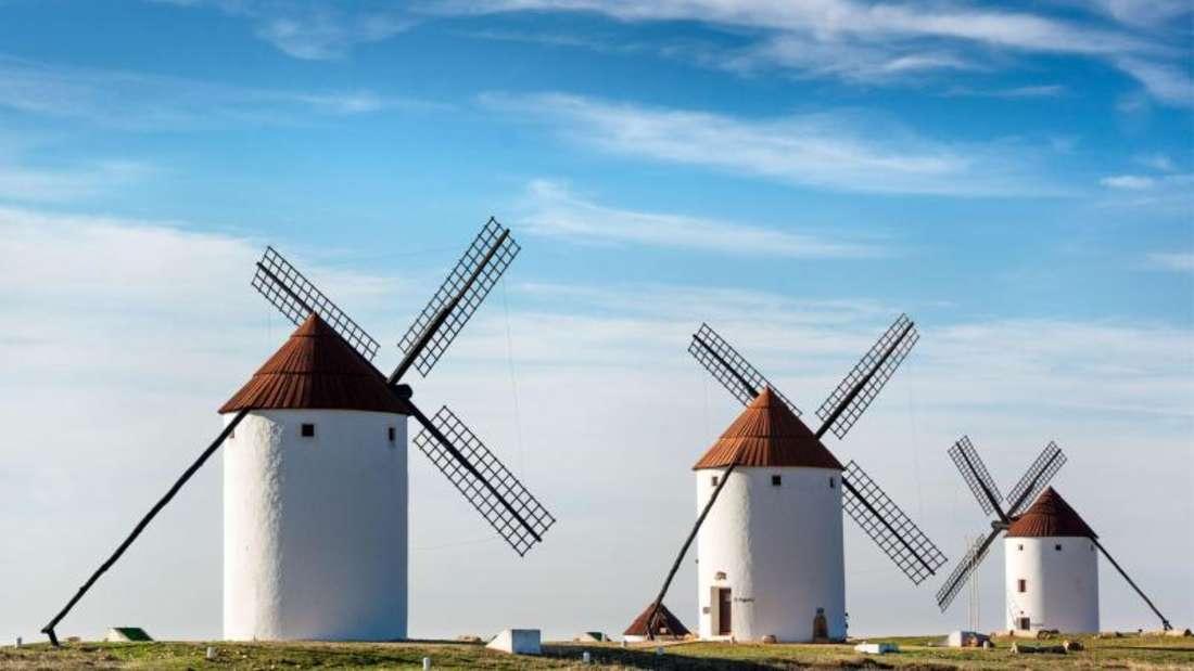 Der Kampf gegen Windmühlen:Der Romanheld Don Quijote hielt die Mühlen bei Campo de Cripta für Riesen - zehn von ihnen wurden restauriert. Foto: Junta de Comunidades de Castilla-La Mancha