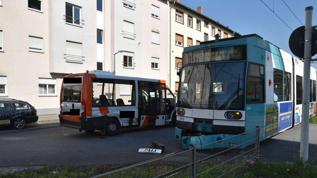 mannheim sandhofen verletzte bei unfall in leinenstra e kleinbus st t mit stra enbahn. Black Bedroom Furniture Sets. Home Design Ideas