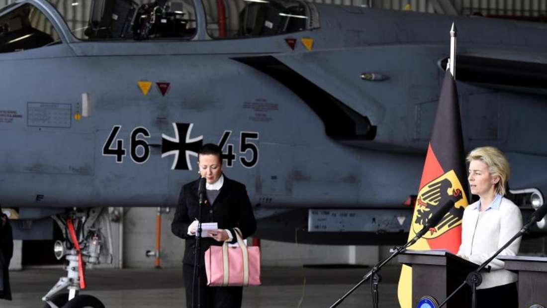 Verteidigungsministerin Ursula von der Leyen bei einem früheren Truppenbesuch auf dem türkischen Luftwaffenstützpunkt Incirlik. Foto: Tobias Schwarz/Archiv