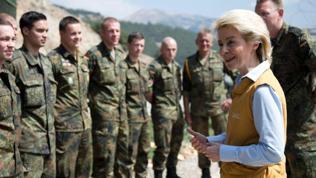 Verteidigungsministerin Ursula von der Leyen unterhält sich bei einem früheren Türkei-Besuch mit deutschen Soldaten.