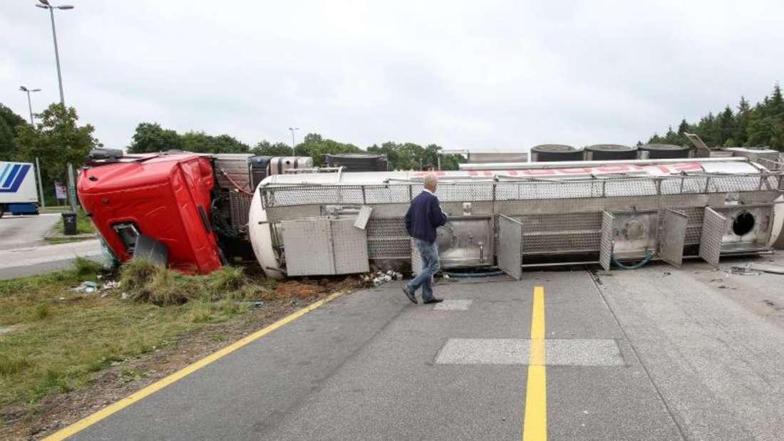 Der Laster stellte sich durch den Unfall quer, kippte auf die Seite und blockierte die gesamte Autobahn. Foto: Bodo Marks