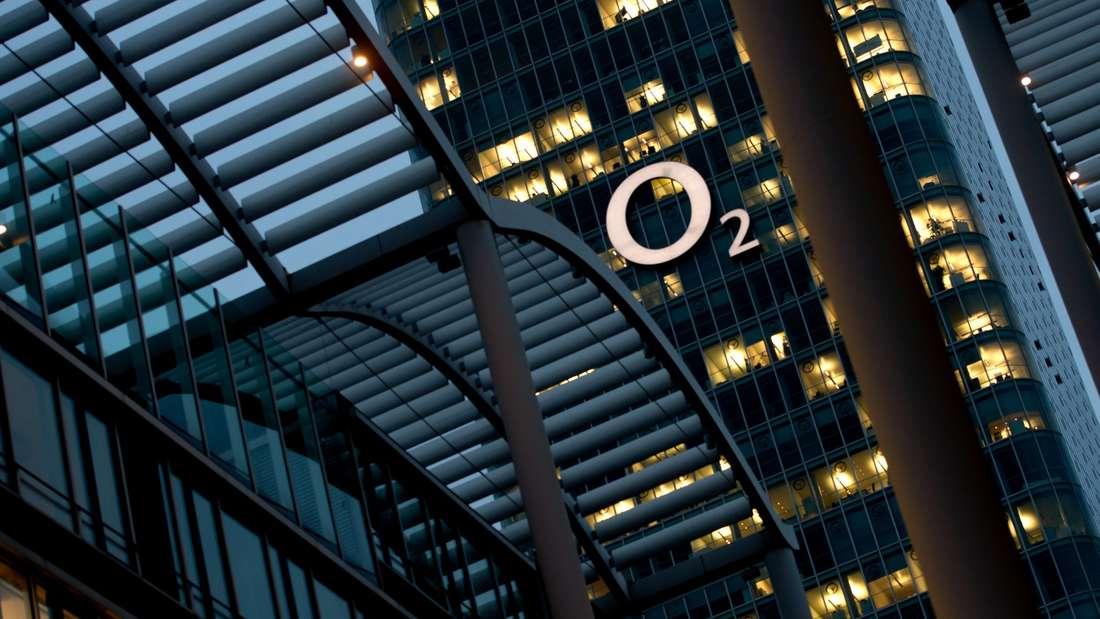 Auf Druck der Bundesnetzagentur senkt O2-Mutter Telefónica die Roaming-Gebühren für Handytelefonate im EU-Ausland.