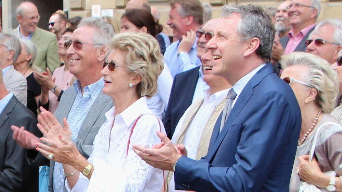 Die Großspender Dr. Hans-Werner und Josephine Hector (li.) lauschen mit OB Kurz dem Richtspruch.