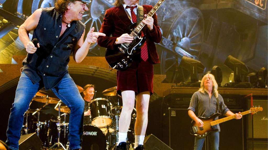 Bassist Cliff Williams (r.) mit Brian Johnson (M.) und Angus Young.