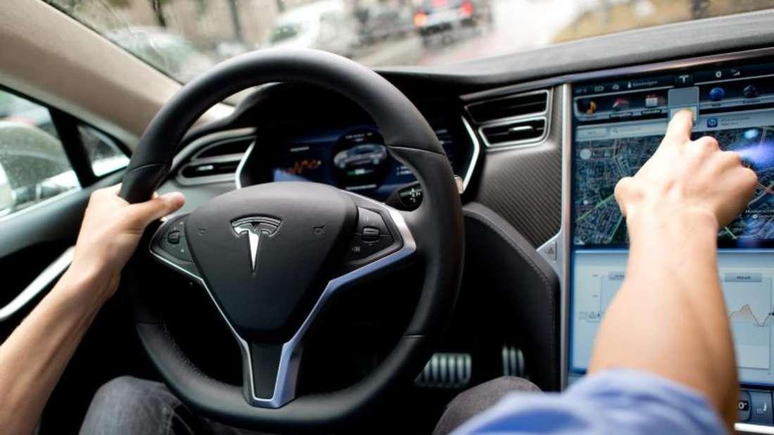 Cockpit eines Tesla Model S: In Deutschland hat sich die Skepsis gegenüber selbstfahrenden Autos nach dem tödlichen Unfall eines Tesla-Fahrers in den USA vor wenigen Wochen etwas erhöht. Foto: Sven Hoppe/Illustration