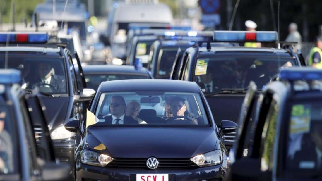 Franziskus auf der Rückbank: Der Papst unterwegs auf den Straße Krakaus. Foto: Andrzej Grygiel
