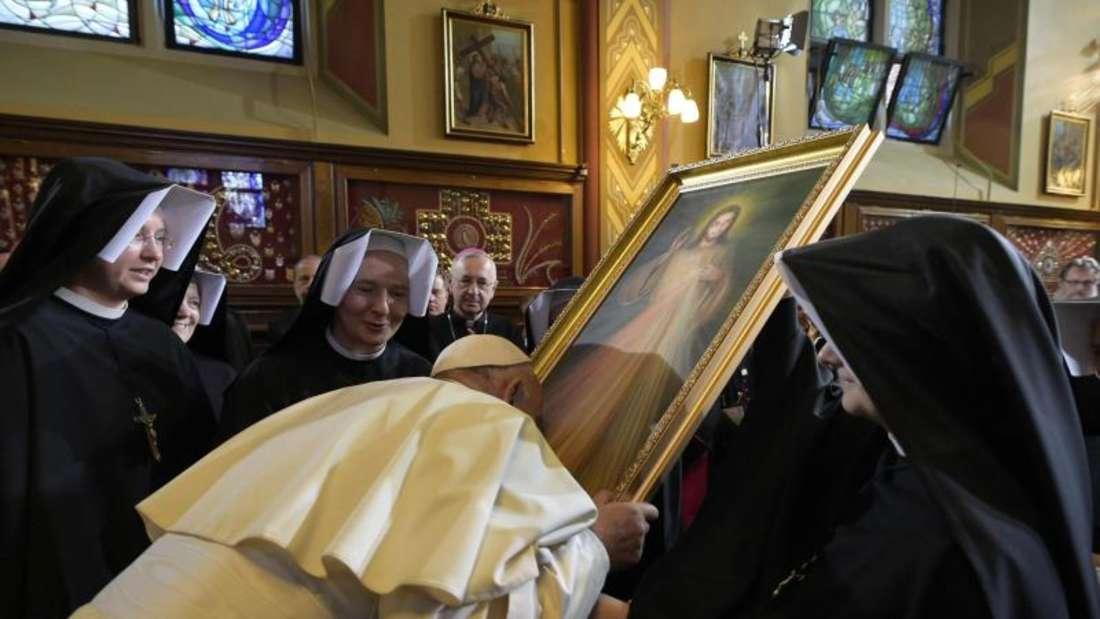 Franziskus im Kloster der Schwestern der Muttergottes von der Barmherzigkeit in Krakau-Łagiewniki. Foto: Osservatore Romano