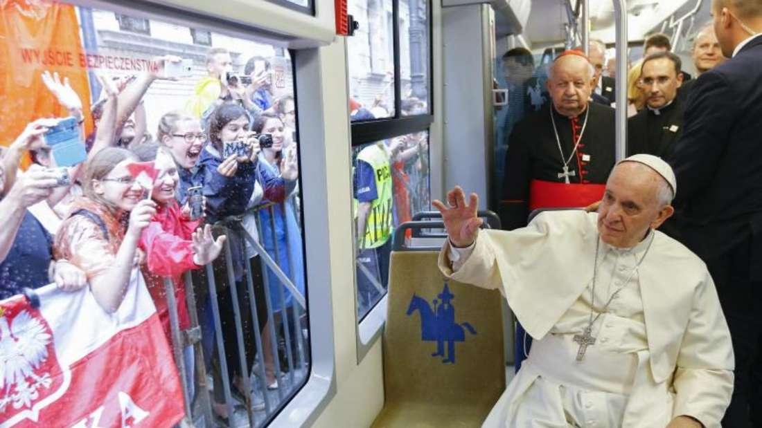 Papst Franziskus fährt in einer Tram zusammen mit behinderten Jugendlichen zum Jordan Park in Krakau. Foto: Stefano Rellandini