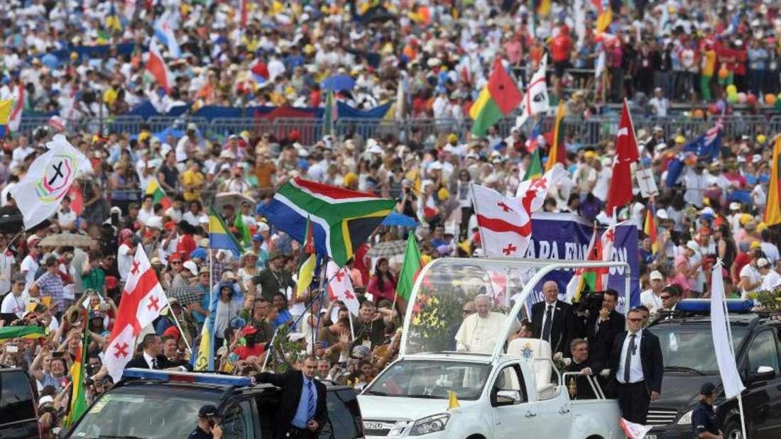 Die Pilger feierten den argentinischen Papst zum Abschluss des Weltjugendtages noch einmal wie einen Popstar. Vor der Messe fuhr Franziskus mit dem Papa-Mobil durch die Massen und grüßte sie. Foto: Daniel Dal Zennaro
