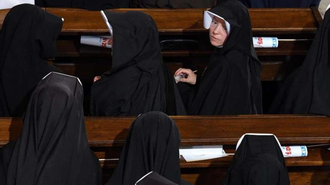Nonnen warten in Krakau auf die Ankunft von Papst Franziskus. Foto: Daniel Dal Zennaro