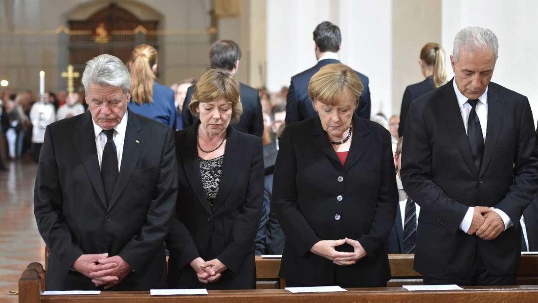 Bundespräsident Joachim Gauckmit seinerLebensgefährtin Daniela Schadt, Bundeskanzlerin Angela Merkelund Bundesratspräsident Stanislaw Tillich in der Frauenkirche.