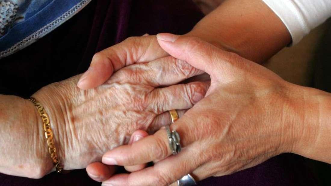 Pflegedienste versuchen offenbar Kontrollen zu umgehen, indem sie dem Medizinischen Dienst der Krankenversicherung den Zugang zur Wohnung des Pflegebedürftigen versperren. Patientenschützer fordern schärfere Kontrollen der ambulanten Pflege. Foto: Patrick Seeger/Archiv