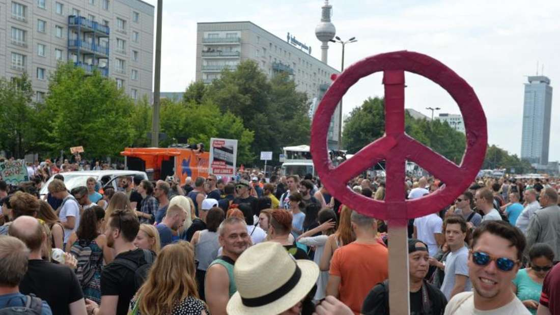 Tausende Menschen haben bei der Technoparade «Zug der Liebe» getanzt. Den Veranstaltern zufolge handelt es sich nicht um eine Neuauflage der Loveparade, sondern um eine politische Demonstration. Foto: Maurizio Gambarini
