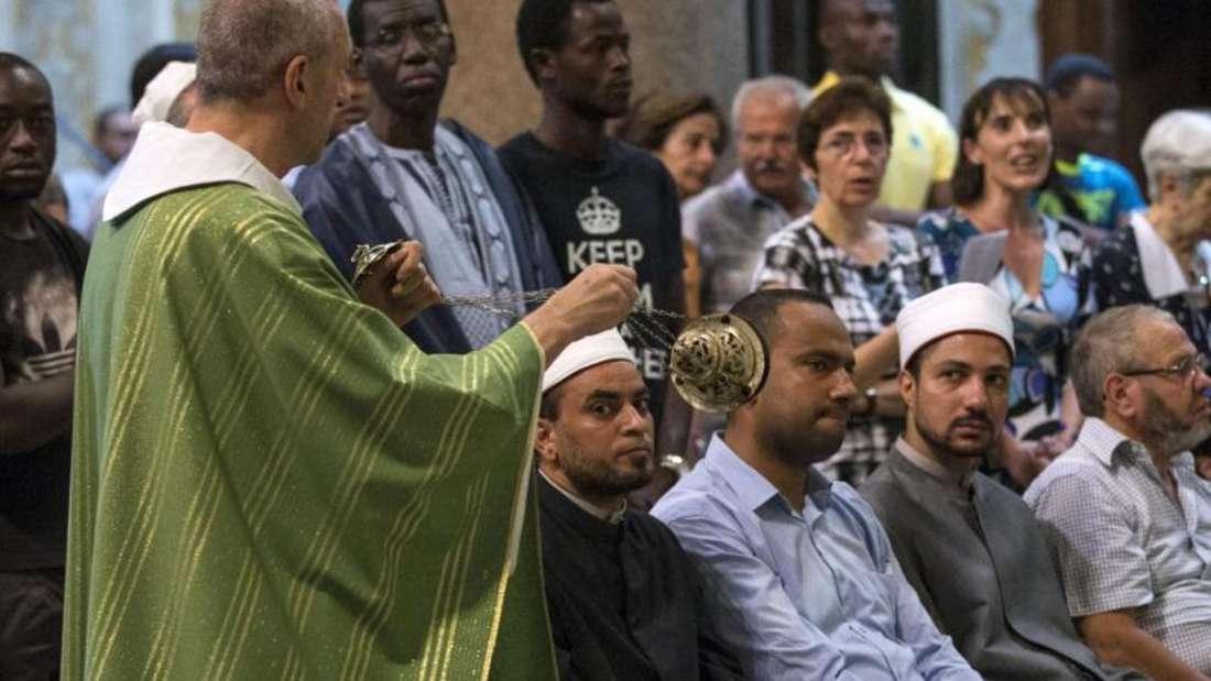 Auch in Italien besuchten Muslime katholische Messen, um an die Opfer zu erinnern. Insgesamt sollen sich etwa 15000 Menschen beteiligt haben. Foto: Massimo Percossi