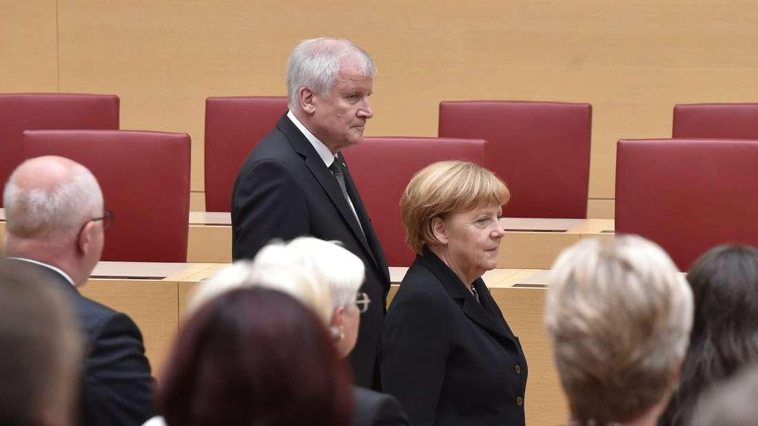 Horst Seehofer und Angela Merkel kommen im Landtag an.