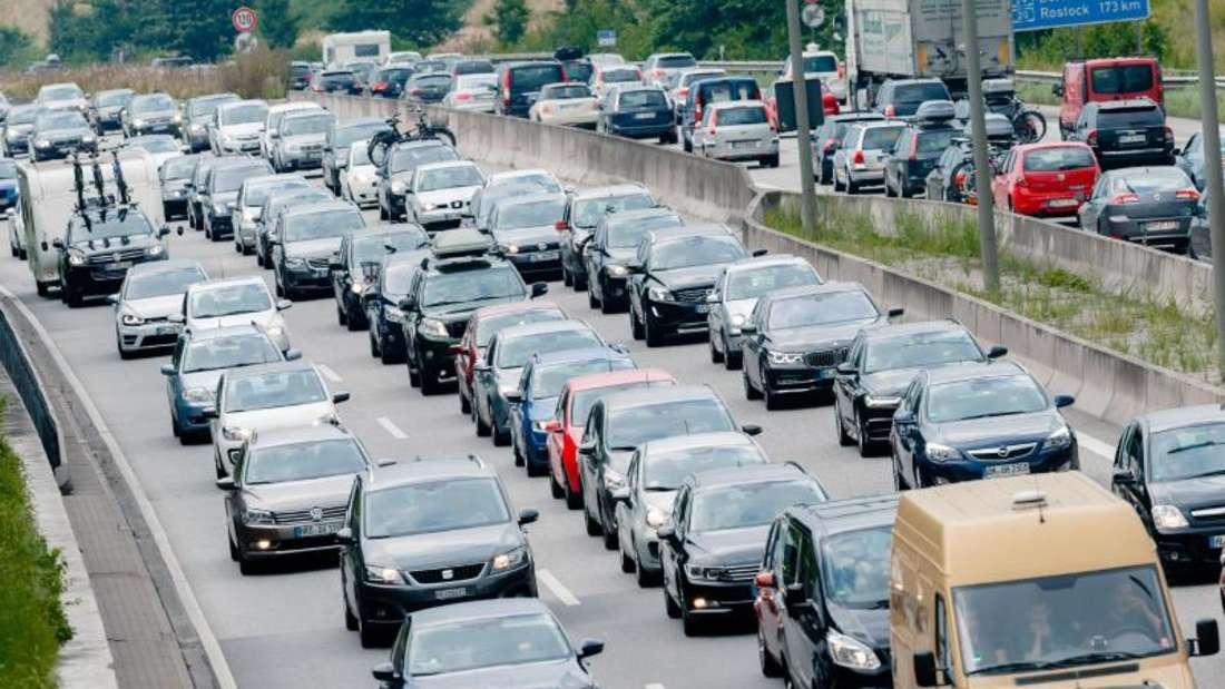 Ferienreiseverkehr staut sich auf der Autobahn A1. Allein zum Ferienstart am Freitag kam es zu 3433 Staus mit einer Gesamtlänge von 7893 Kilometern. Foto: Markus Scholz/dpa