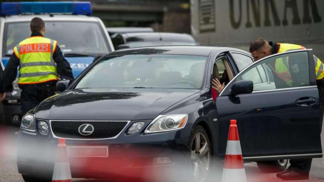Polizeikontrolle an der Anschlussstelle Bad Reichenhall der Autobahn A8 von Salzburg nach München. Die Bundespolizei hat zuletzt deutlich mehr Migranten an der Einreise gehindert. Foto: Matthias Balk/Archiv