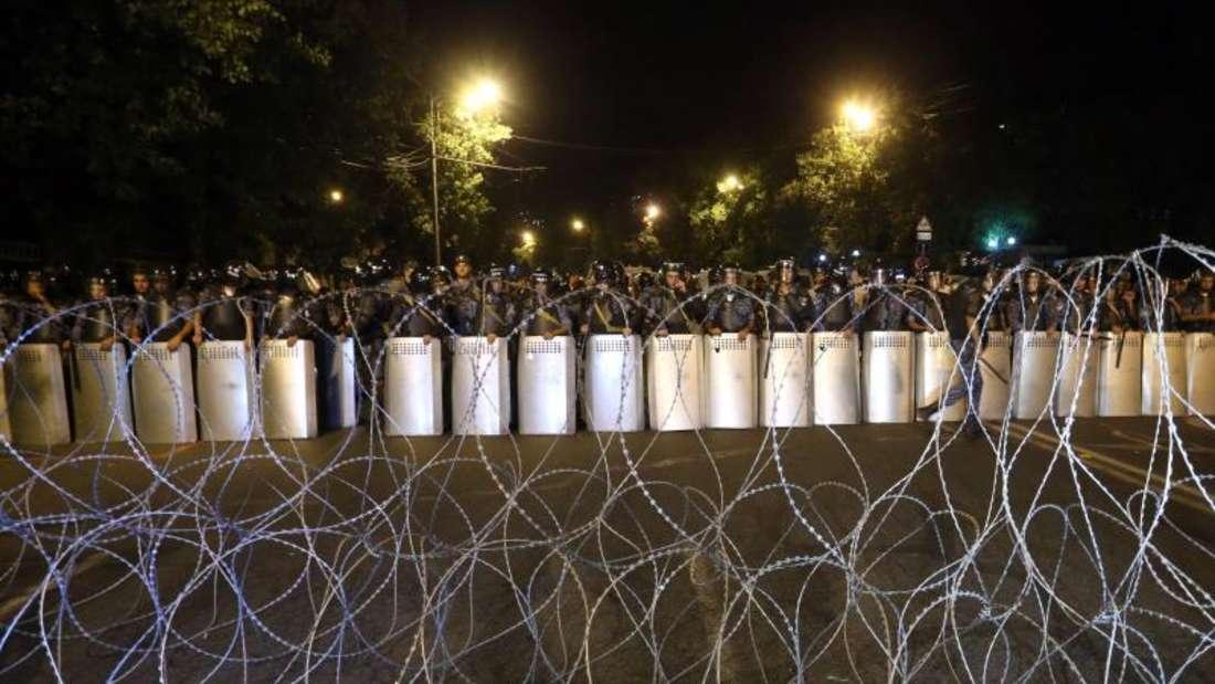 Armenische Polizeikräfte blockieren eine Zufahrtsstraße zu den Regierungsgebäuden in Eriwan. Foto:Hayk Baghdasaryan