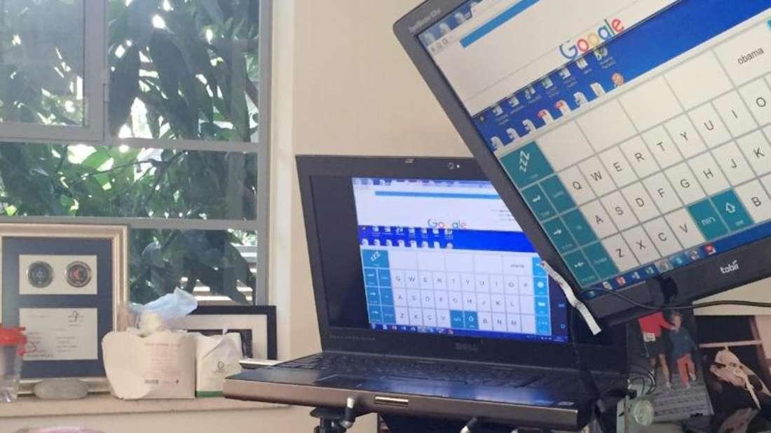 Der israelische AlS-Kranke Schai Rischoni in seinem Wohnzimmer. Kommunizieren kann Rischoni nur, indem er seinen Blick auf eine virtuelle Tastatur fixiert und so Botschaften schreibt. Foto: Sara Lemel