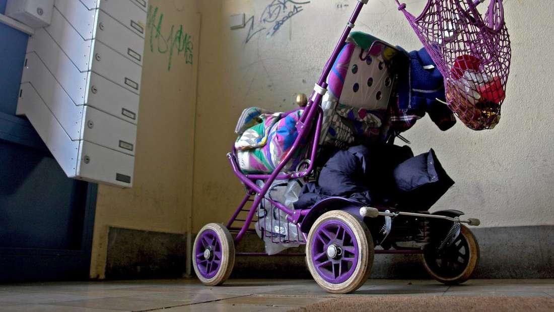 Der Hausflur ist kein Abstellplatz. Räder und Umzugskartons müssen verschwinden. Für Rollatoren oder Kinderwagen gelten die strengen Regeln aber nicht. Foto: Picture Alliance /Joker