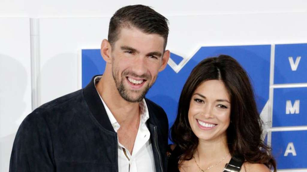 Michael Phelps (l) und seine Freundin Nicole Johnson in New York. Foto: Jason Szenes
