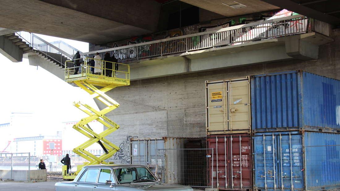 """Voller Action: Der """"Tatort""""-Dreh mit Ulrike Folkerts und Andreas Hoppe unter der Schumacher-Brücke."""