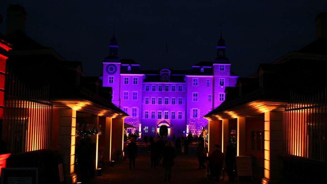 Festlich beleuchtete Zelte verwandeln den Ehrenhof des Schlosses und den Schlossplatz in Schwetzingen in ein magisches Weihnachtsmärchen.