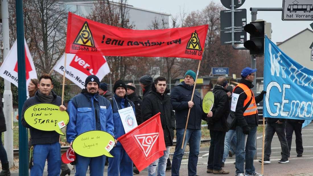 Mehr als tausend Menschen versammeln sich am Montagnachmittag rund um das General Electric-Werk in Käfertal.
