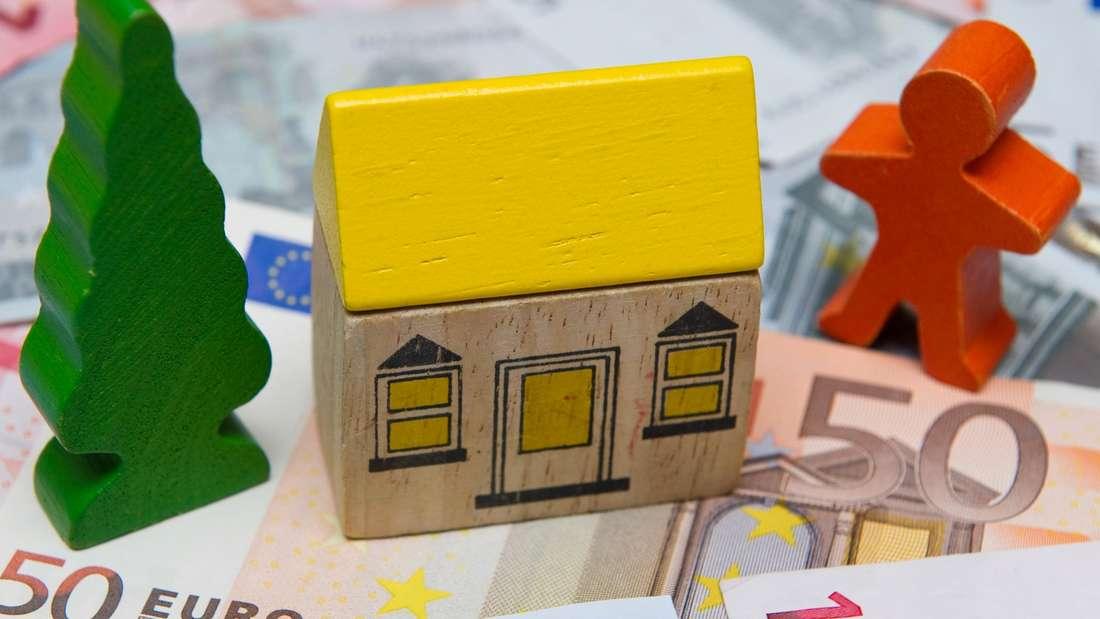 Ein Haus zu kaufen ist der Lebenstraum vieler Deutscher. Und 2016/2017 könnte dieser endlich in Erfüllung gehen: Eine Kreditaufnahme ist gerade so günstig wie schon lange nicht mehr.