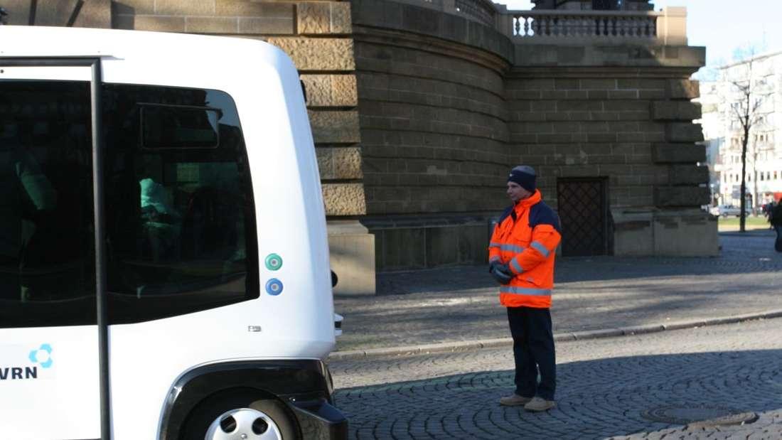 """Fahrt mit dem autonomen Elektor-Bus """"Roboshuttle EZ10"""" am Wasserturm beim Neujahrsempfang."""