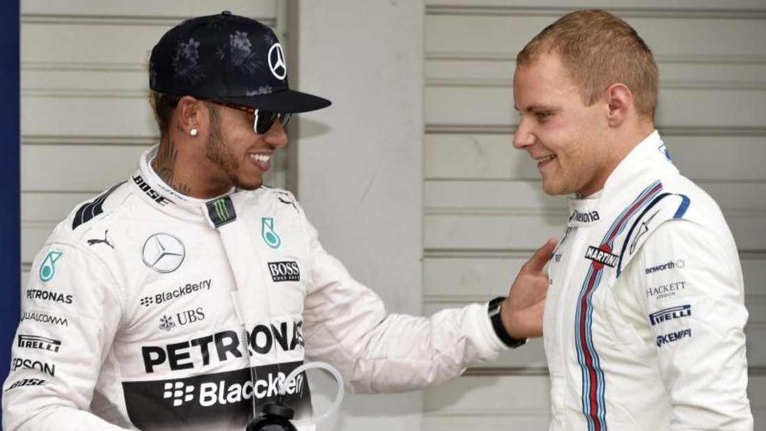 Valtteri Bottas (r.) könnte der neue Teamkollege von Lewis Hamilton bei Mercedes werden. Foto: Franck Robichon