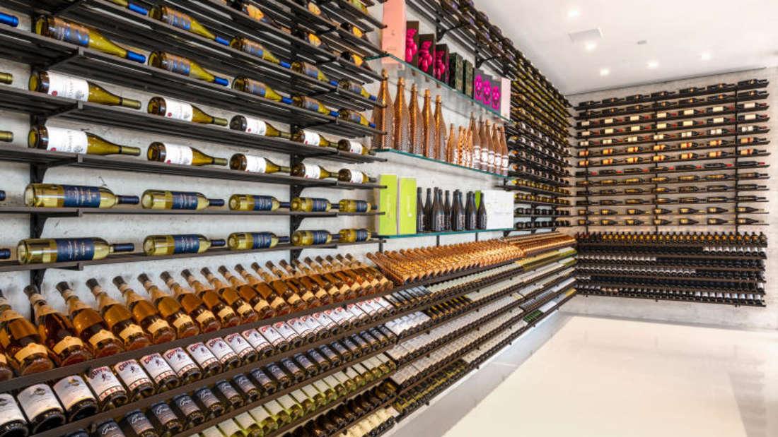 Blick in den Weinkeller. Sämtliche Dekos und Ausstattungen sind inklusive.