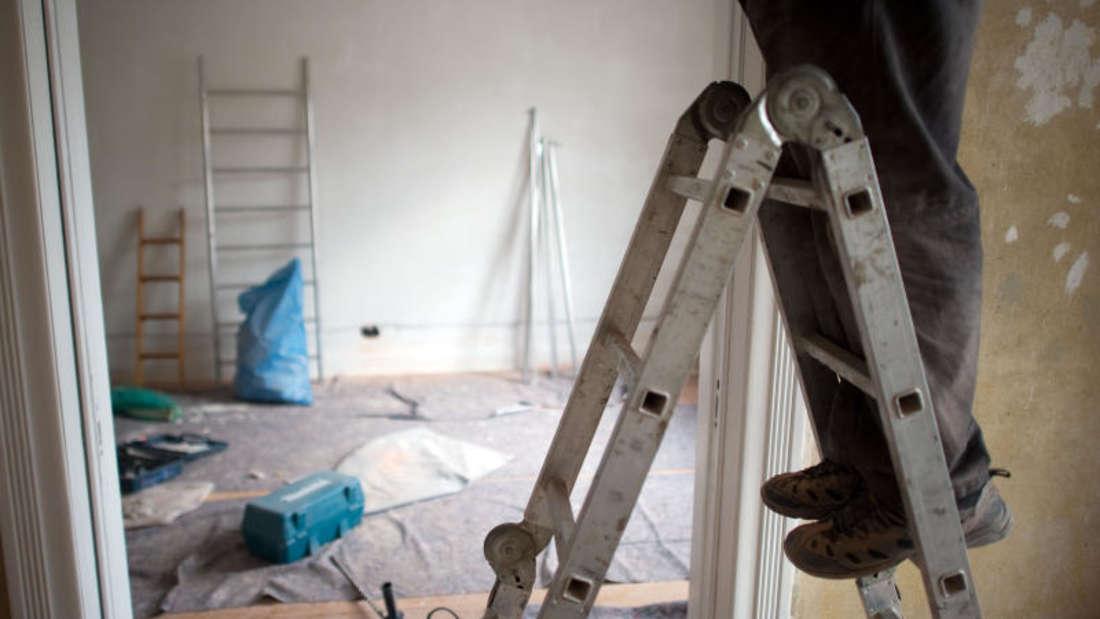 Ob Mieter beim Auszug renovieren müssen, hängt unter anderem davon ab, ob die Klausel für Schönheitsreparaturen wirksam ist.