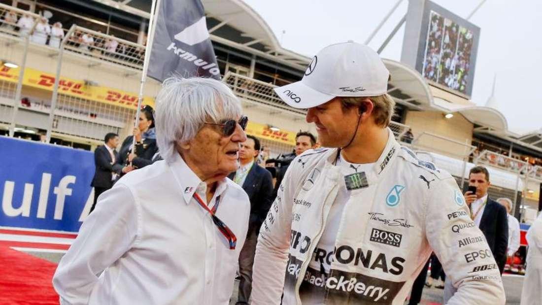 Nico Rosberg auf der Rennstrecke in Bahrain im Gespräch mit Bernie Ecclestone. Foto:Srdjan Suki
