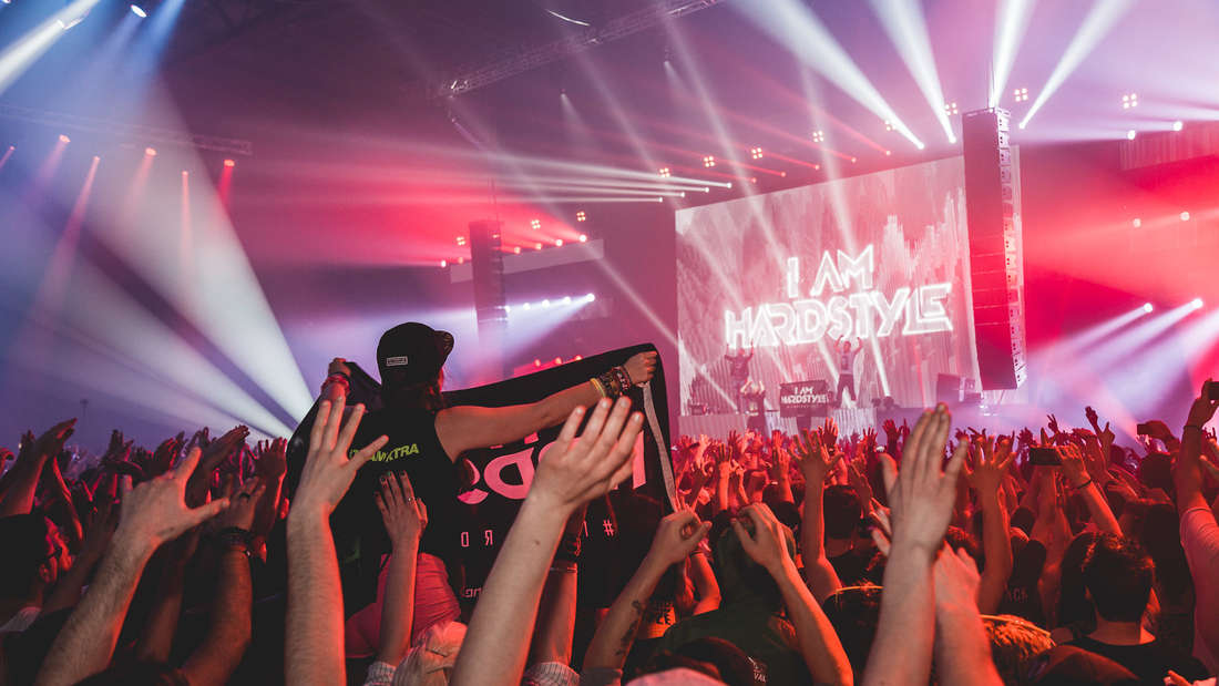 Über 5000 Besucher feiern am Samstag zusammen bei 'I am Hardstyle' in der Maimarkthalle.