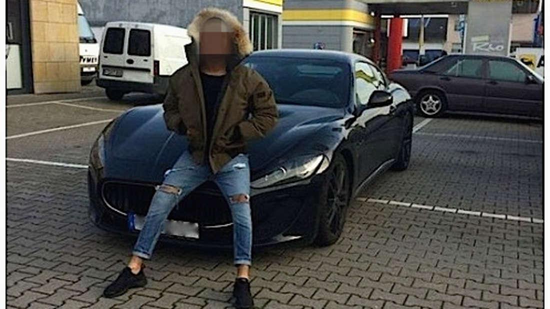 Der 22-Jährige stolz vor dem Maserati.