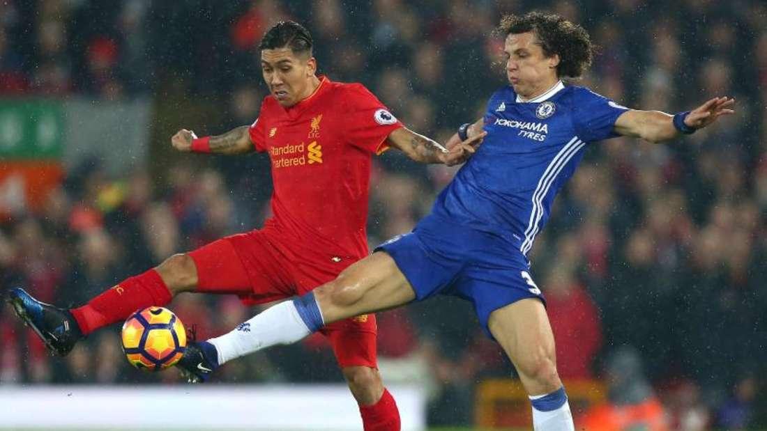 Chelseas David Luiz (r.) im Duell mit Roberto Firmino. Foto: Dave Thompson